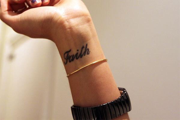 Татуировка на запястье с надписью