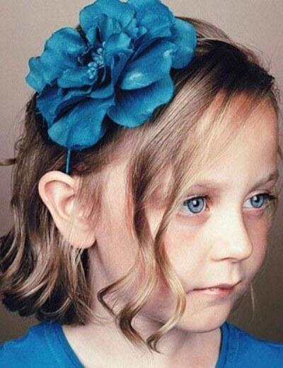 прическа на короткие волосы у девочки с бантом
