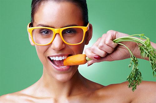 Морковка в зубах у девушки
