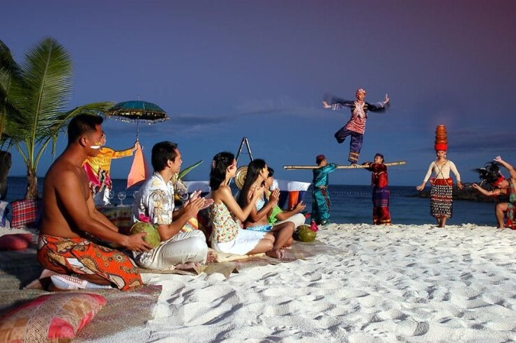 отдых на пляже в кругу филиппинцев