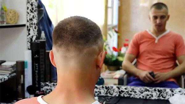 мужчина в парикмахерской, со стрижкой теннис