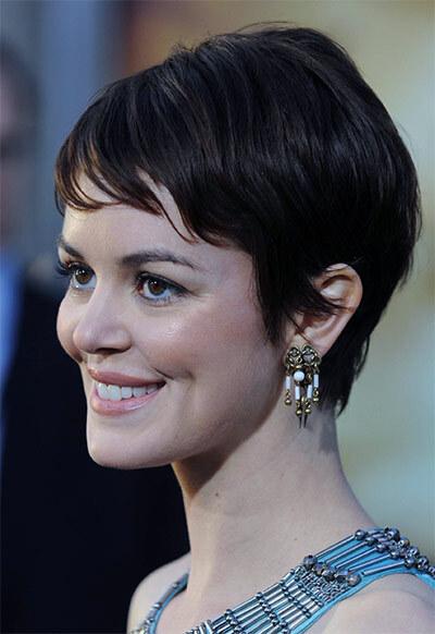 Короткая женская стрижка у брюнетки с овальным лицом