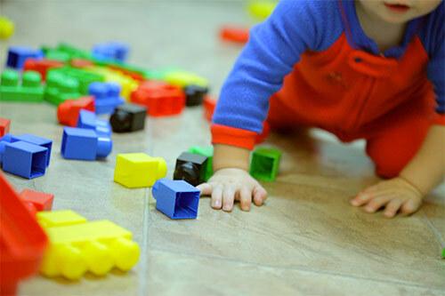 Малыш играет собирая конструктор