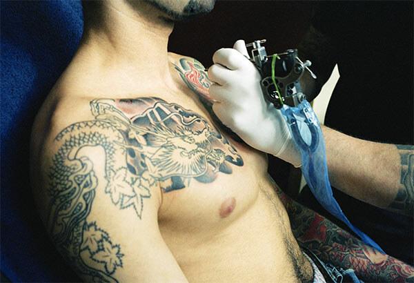 татуировка на груди мужчины