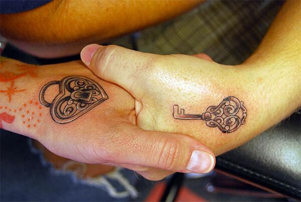 Тату - сердечко и ключ, рука в руке