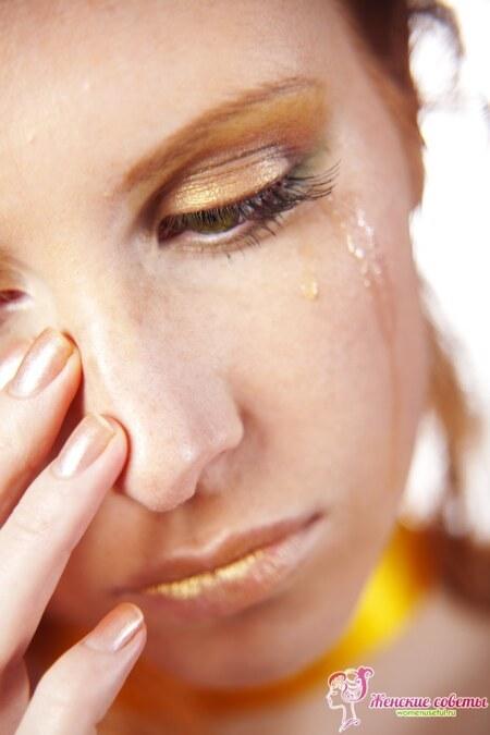 Плачущая девушка, слезы с глаз