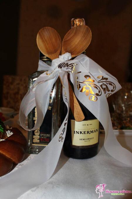 Украшенные деревянные ложки и шампанское