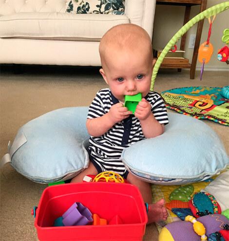 Ребенок ест игрушку