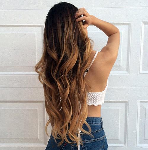 Девушка с длинными окрашенными волосами