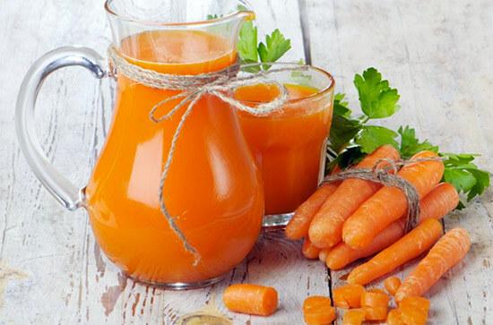 Кувшин свежего морковного сока