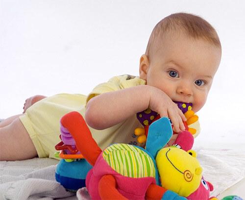 Малыш тянет все в рот