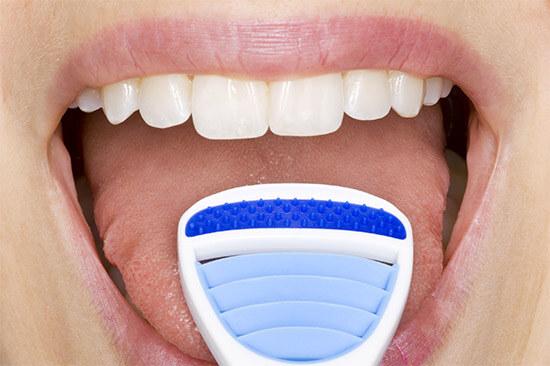 Чистка налета на языке от запаха изо рта