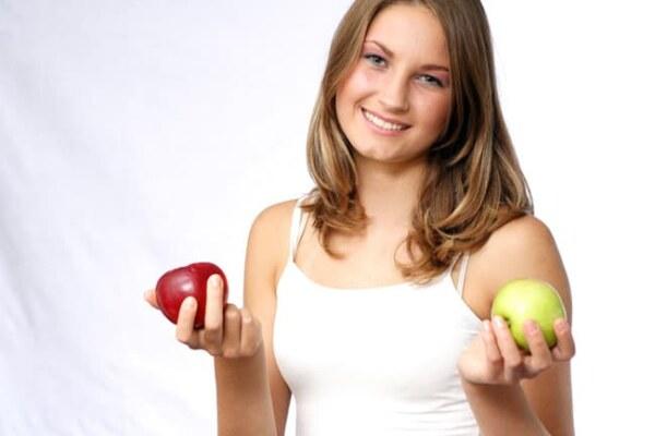 Яблоки в руках у девушки для здоровья огранизма