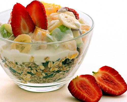 завтрак из фруктов и злаков
