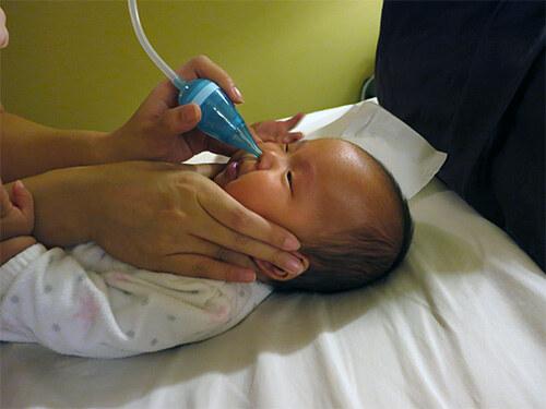 Малыш сморкается в трубочку