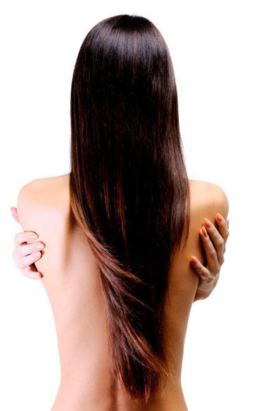 У стройной девушки шикарные длинные волосы