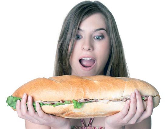Девушка с огромным вредным гамбургером