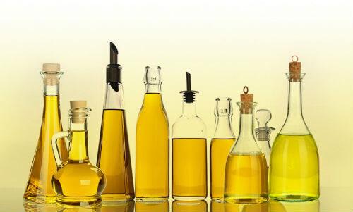 Различные масла в стеклянных флаконах, полезные для ресниц