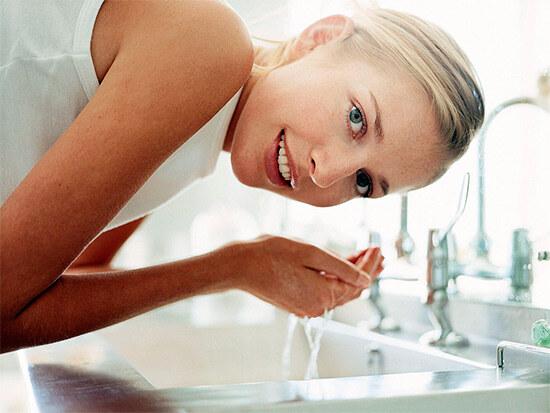 Умывание водой лица
