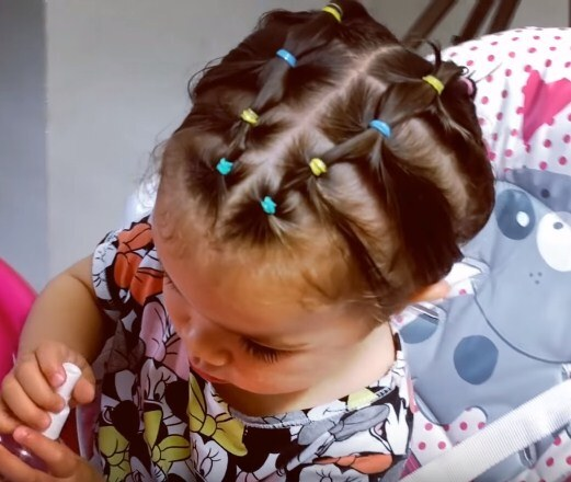 маленькая девочка, короткие волосы с резинками