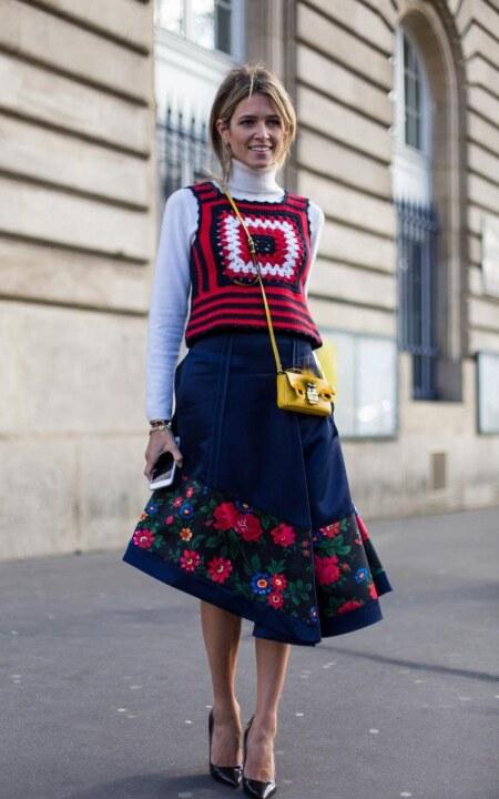 Стройная девушка с мини-сумкой на плече