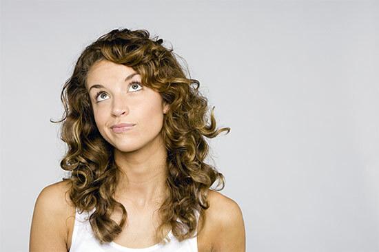 Стрижки на непослушные волосы средней длины