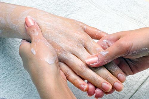 Обработка потрескавшейся кожи рук кремом