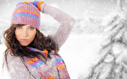 Зима, девушка в синтетической шапке - электризация волос
