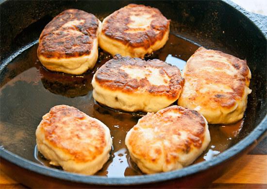 Классические сырники приготовленные на сковороде