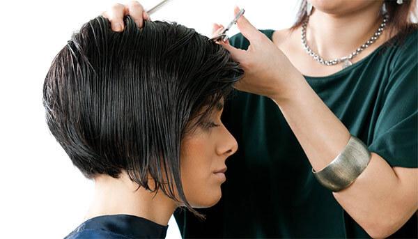 Технология стрижки каре, парикмахер делает свою работу