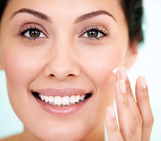 Нанесение крема на кожу от шелушения