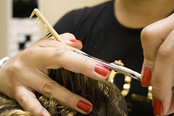 парикмахер стрижет каскад