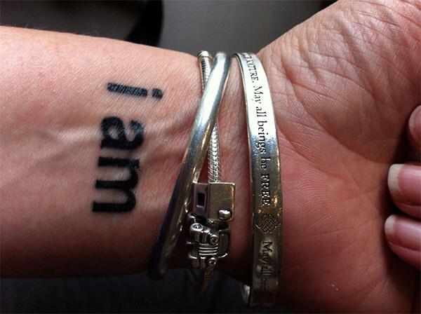 Татуировка на запястье с надписью i am
