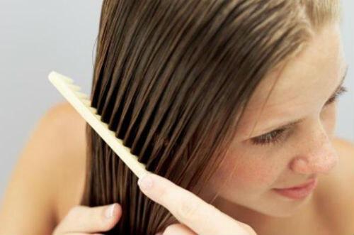 Уход за волосами - укладка увлажненных волос гребнем