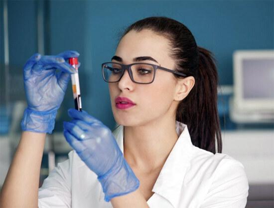 Анализ крови и девушка-медик
