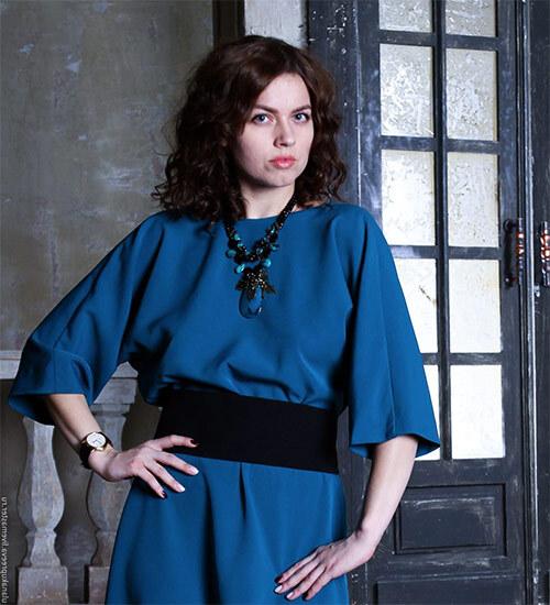 синее платье с летящим рукавом