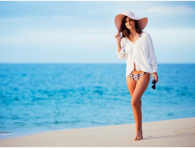 девушка в шляпе на море