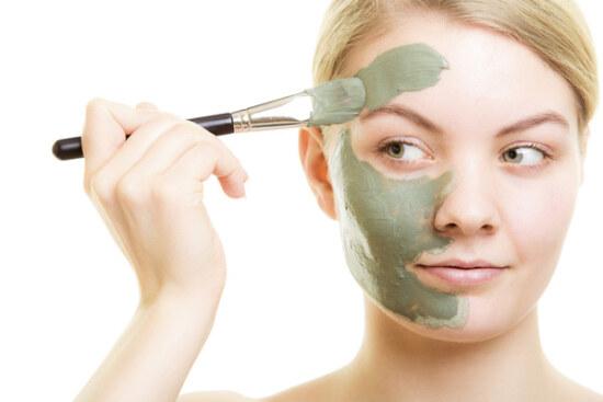 нанесение маски из косметической глины