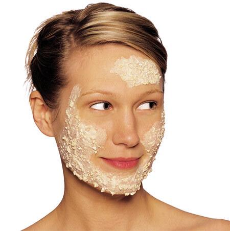 Овсяная маска на лице у девушки