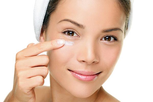 Нанесения средства для очистки кожи лица