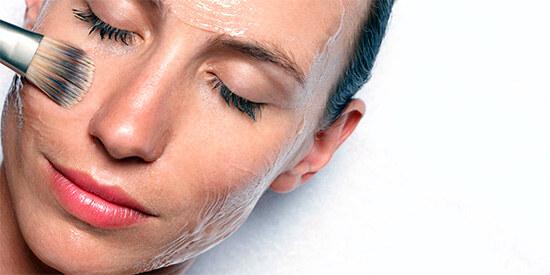 Нанесение яичной маски на кожу лица