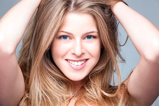 Девушка с красивыми ламинированными волосами