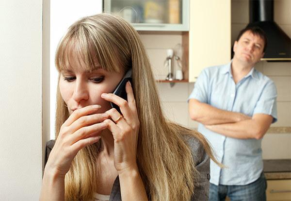 Жена говорит по телефону а парень ревнует