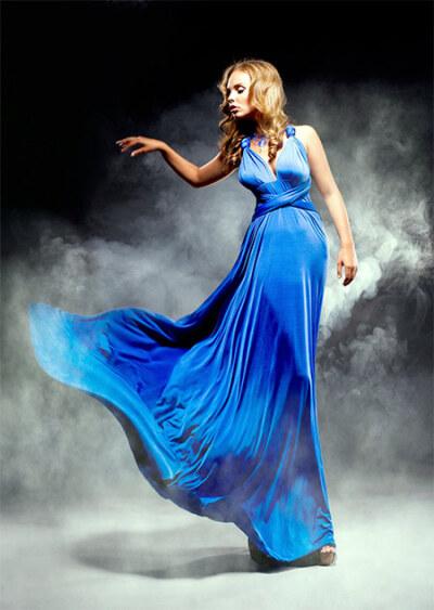 Женщина в длинном синем платье