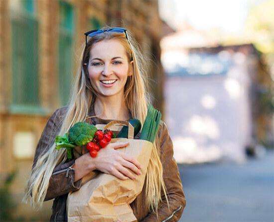 Правильное питания - девушка с овощами