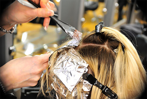 Нанесение краски на волосы кистью