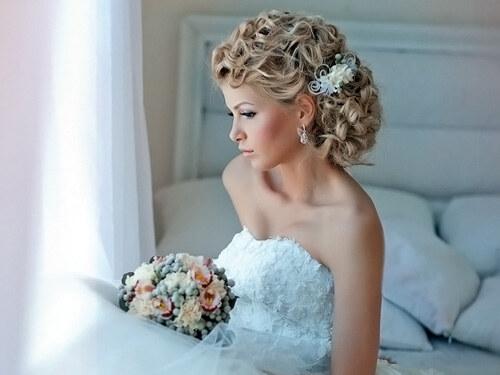 У невесты красивая прическа, стиль ретро