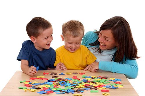 Дети раскладывают буквы