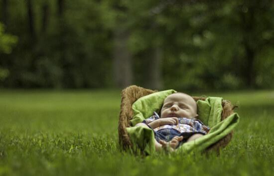 прогулка малыша на природе