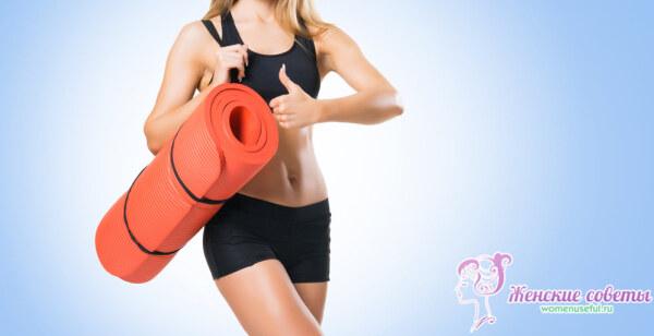 Стройная девушка с йога ковриком